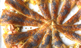 Croissantkrans met zalm en ei